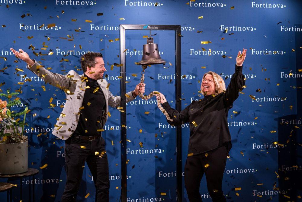 John Wennevid og Ann Marie Derengowski, ansatte i Fortinova, ringte i Nasdaq-klokken som var på midlertidig besøk til Varbergs Stadshotell.]