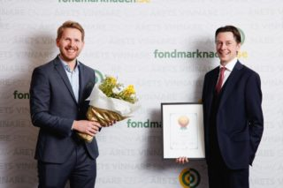"Senior porteføljeforvalter Jonathan Schönbäck og porteføljeforvalter Hans Christian Bratterud tok i mot prisen for ""Årets Nykomling"" av Fondsmarknaden.se i Sverige for ODIN Small Cap."