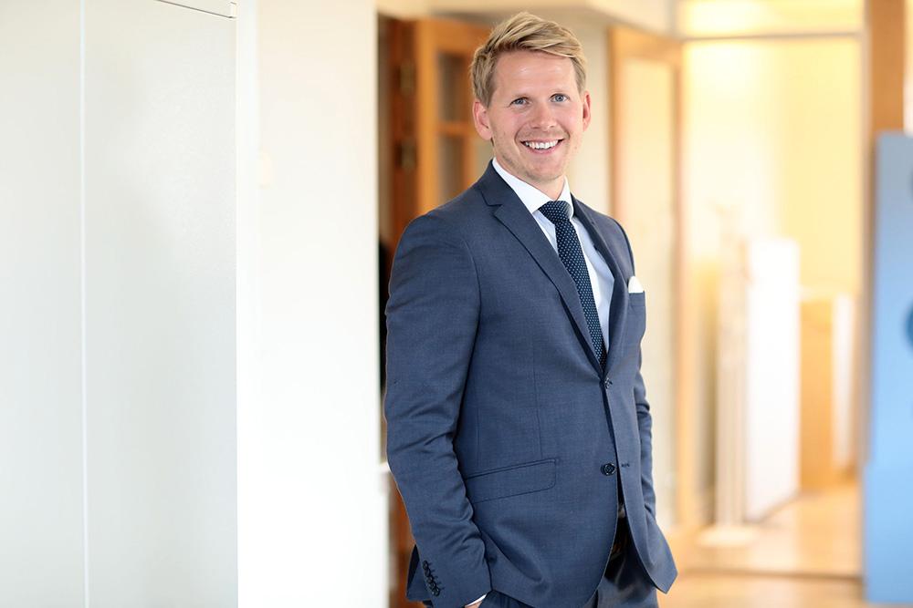 Medforvalter Hans Christian Bratterud – vokst opp i Norge, men har bodd i Sverige siden 2003 og snakker flytende svensk. Kona Petra er hans klippe, og datteren hans, Isabelle, lyser opp hverdagen.]