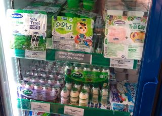 Det florerer av ulike produkter og smaker fra Vinamilk i butikkene i Vietnam.